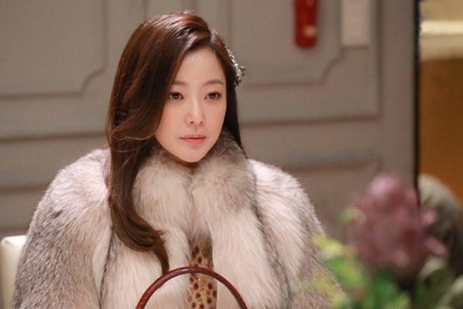 Mỹ nhân không tuổi Kim Hee Sun dát hàng hiệu không đếm xuể trong Phẩm chất quý cô - Ảnh 3.