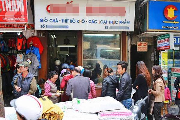 29 Tết, người Hà Nội xếp hàng mua bánh chưng, giò chả gia truyền - Ảnh 1.