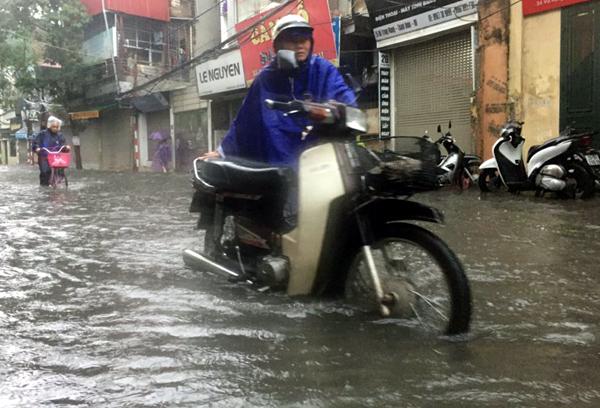 Ảnh hưởng của hoàn lưu bão số 2, Hà Nội mưa lớn, nhiều khu phố đã bị ngập - Ảnh 2.