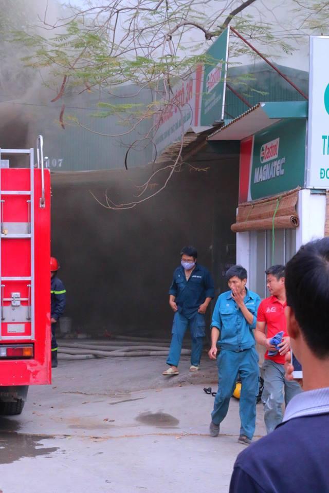 Hà Nội: Cháy lớn ở garage ô tô trên đường Ngụy Như Kon Tum, khói đen bốc lên nghi ngút, từ xa cũng nhìn thấy - Ảnh 3.