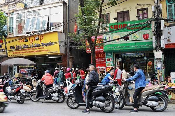29 Tết, người Hà Nội xếp hàng mua bánh chưng, giò chả gia truyền - Ảnh 2.