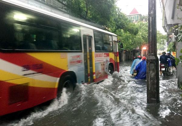 Ảnh hưởng của hoàn lưu bão số 2, Hà Nội mưa lớn, nhiều khu phố đã bị ngập - Ảnh 3.
