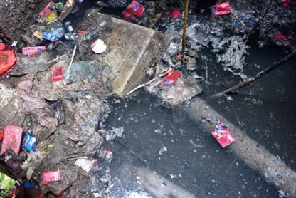Hà Nội: Hàng chục hộ dân sống trong ổ muỗi sốt xuất huyết vì đường cống thoát nước chung bị bịt - Ảnh 1.