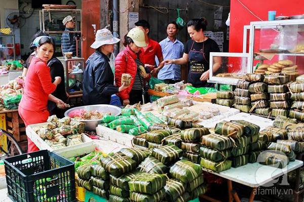 29 Tết, người Hà Nội xếp hàng mua bánh chưng, giò chả gia truyền - Ảnh 3.