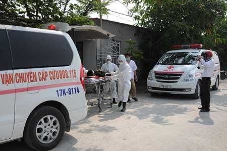 Thái Bình: Bác sĩ bị người nhà bệnh nhân đánh gãy mũi khi đang cấp cứu bên vệ đường - Ảnh 2.