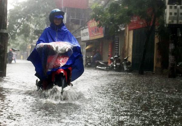 Ảnh hưởng của hoàn lưu bão số 2, Hà Nội mưa lớn, nhiều khu phố đã bị ngập - Ảnh 4.