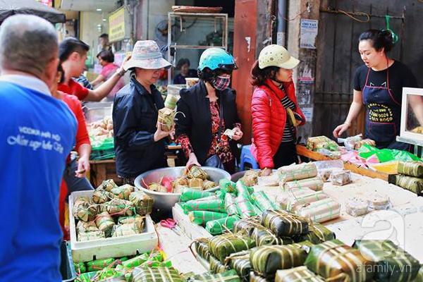 29 Tết, người Hà Nội xếp hàng mua bánh chưng, giò chả gia truyền - Ảnh 4.