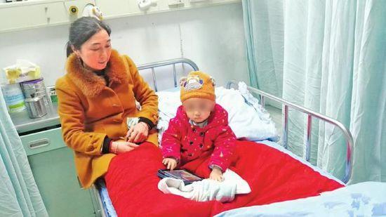 Cậu bé 4 tuổi rụng tóc nghiêm trọng, mẹ phát hoảng khi biết được nguyên nhân - Ảnh 2.