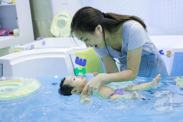 Đột nhập trung tâm mát-xa dưới nước cho trẻ sơ sinh xem các bé bơi nổi từ 5 tuần tuổi - Ảnh 15.