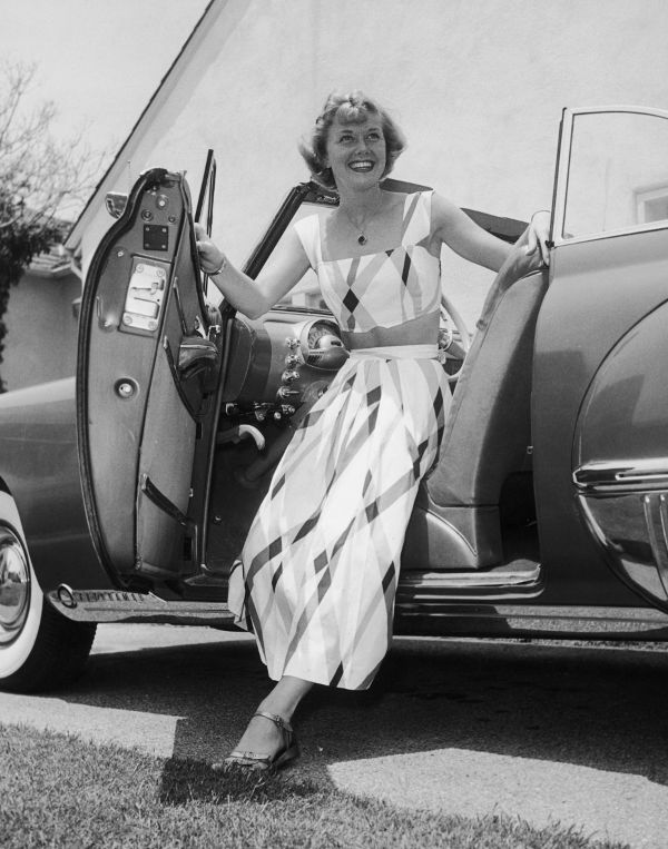 Nhìn lại thời trang 60 năm trước để thấy xu hướng năm nay đã quay vòng ngoạn mục thế nào - Ảnh 25.