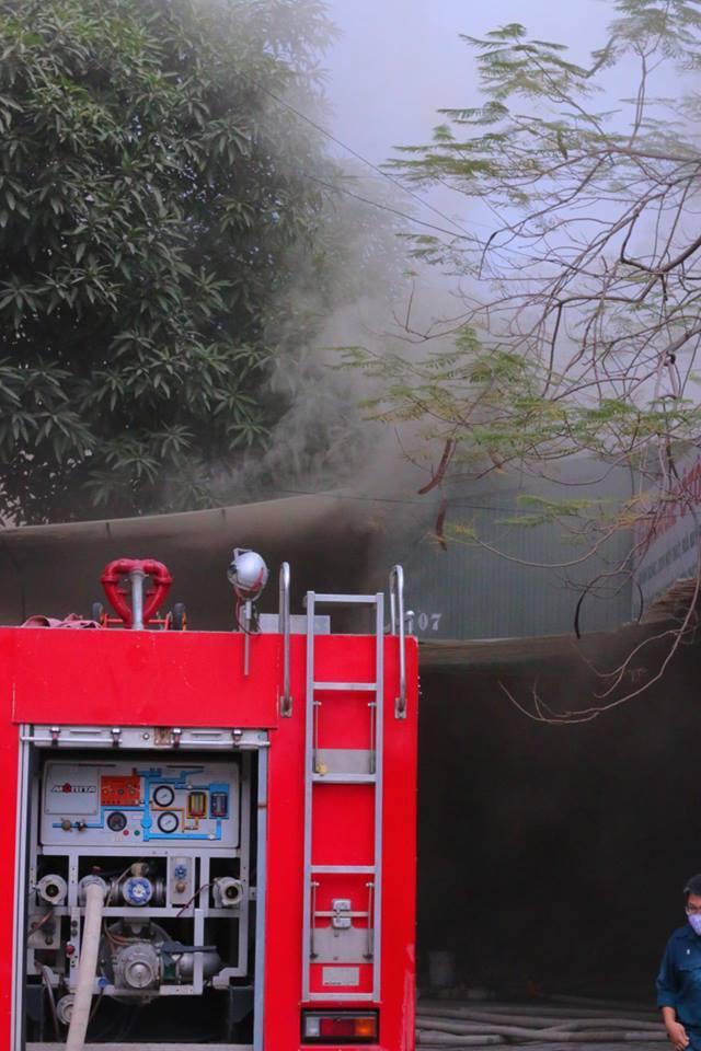 Hà Nội: Cháy lớn ở garage ô tô trên đường Ngụy Như Kon Tum, khói đen bốc lên nghi ngút, từ xa cũng nhìn thấy - Ảnh 6.