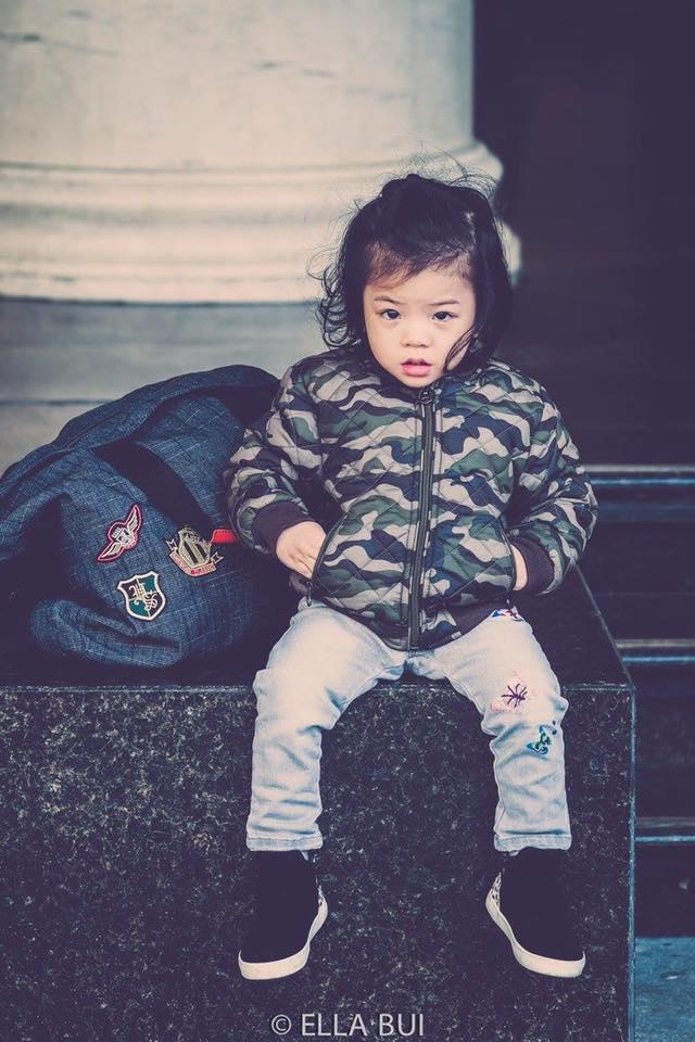 Bé Ella: cô nhóc 2 tuổi với phong cách đẹp miễn bàn nhờ diện đồ mẹ tự thiết kế - Ảnh 1.