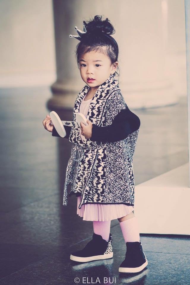 Bé Ella: cô nhóc 2 tuổi với phong cách đẹp miễn bàn nhờ diện đồ mẹ tự thiết kế - Ảnh 4.
