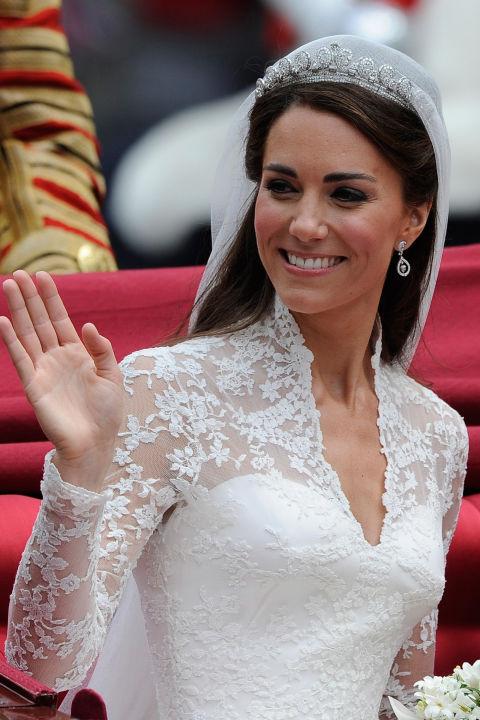 Bật mí loại nước hoa mà công nương Kate, Diana và nữ hoàng Elizabeth II sử dụng trong ngày cưới - Ảnh 2.