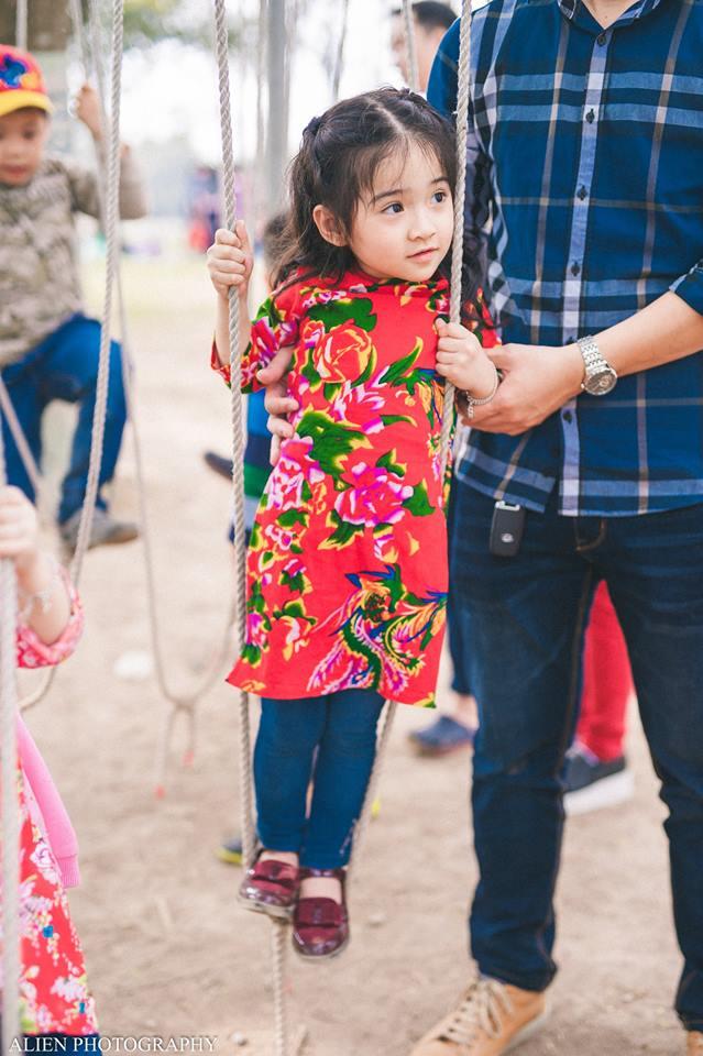 Khi các bé xúng xính trong tà áo dài ngày Tết, mẹ như thấy cả mùa xuân - Ảnh 39.
