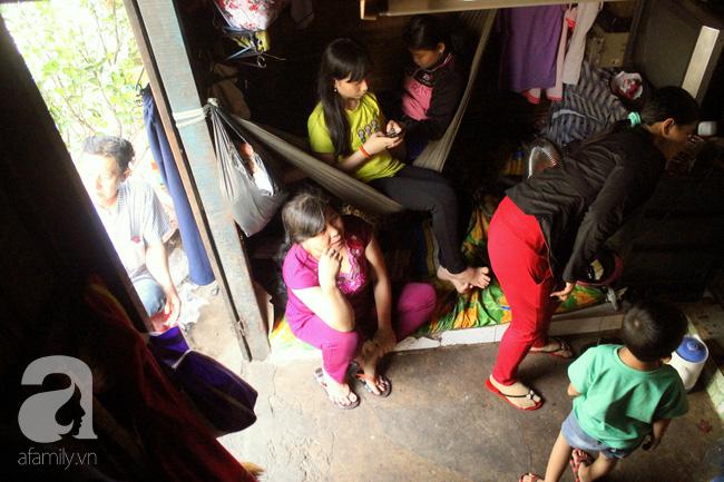 Chùng ảnh: Bên trong ngôi nhà 15m2 rách nát chứa đến 23 nhân khẩu ở Sài Gòn - Ảnh 2.