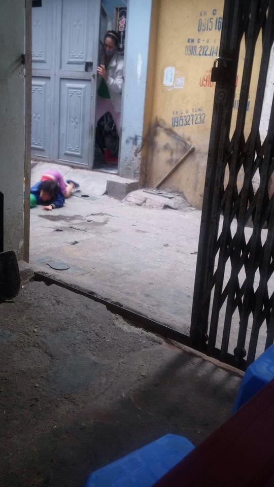 Xuất hiện thêm clip bé gái bị mẹ đánh ở siêu thị nằm khóc thảm thiết giữa đường - Ảnh 2.