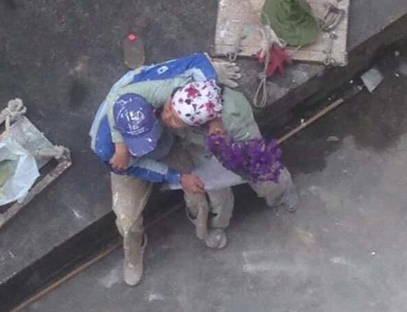 Ngày Quốc tế hạnh phúc, ngắm khoảnh khắc cặp đôi công nhân ôm hôn nhau giữa lấm lem... - Ảnh 1.