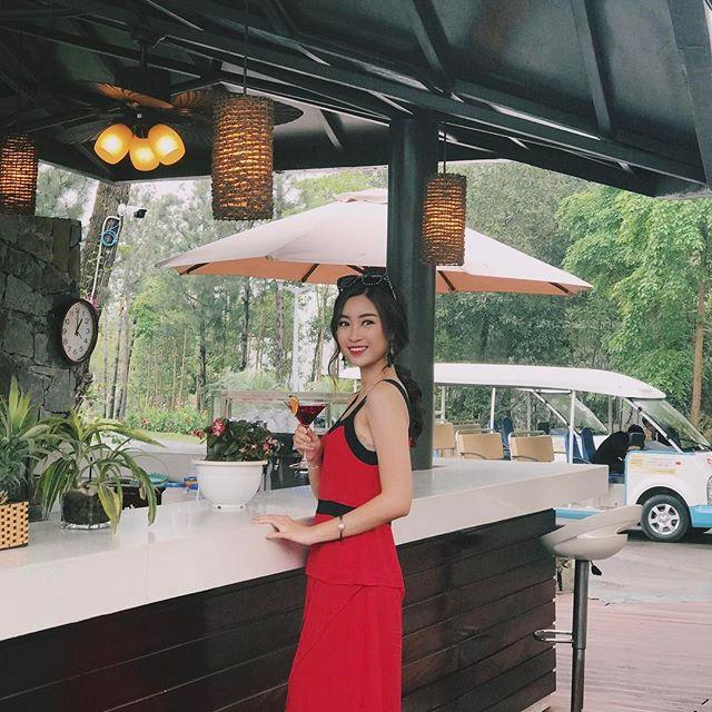 Angela Phương Trinh dìm chiều cao bằng quần loe quá khổ, Đỗ Mỹ Linh chững chạc với tóc uốn xoăn - Ảnh 1.