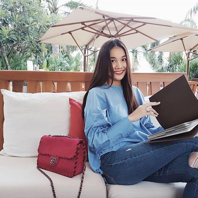 Angela Phương Trinh dìm chiều cao bằng quần loe quá khổ, Đỗ Mỹ Linh chững chạc với tóc uốn xoăn - Ảnh 6.
