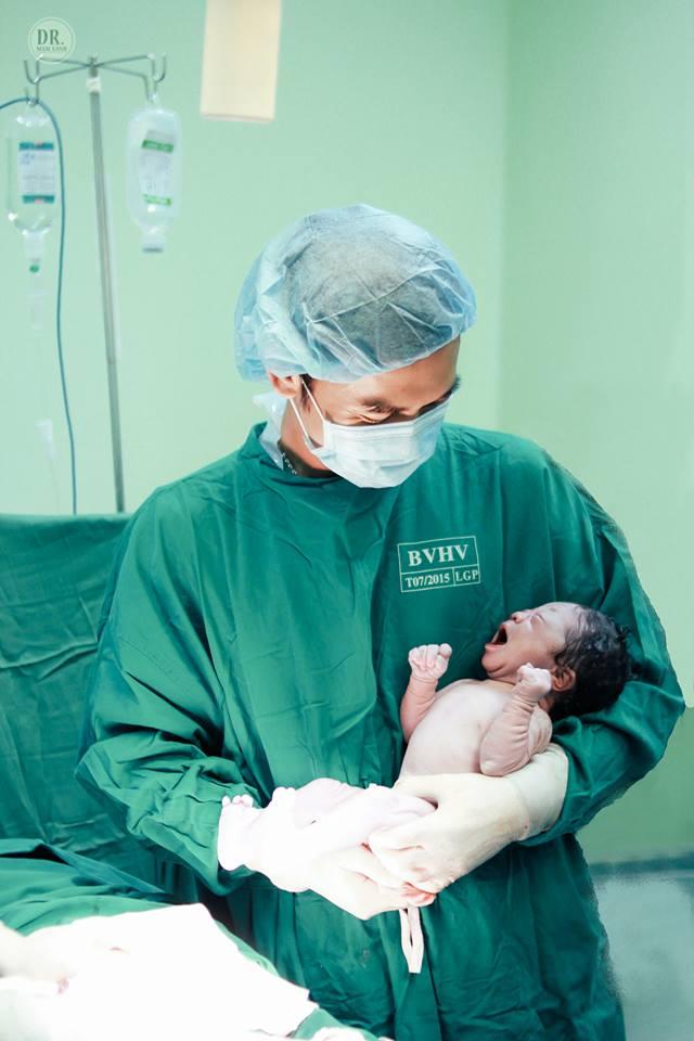 Ông bố bác sĩ tự tay ghi lại toàn bộ quá trình sinh mổ của vợ - Ảnh 13.