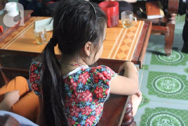 Vụ bé gái 10 tuổi bị kẻ lạ bịt mặt, đâm kim tiêm vào tay: Bố mẹ lo sợ, không dám rời con nửa bước. - Ảnh 2.