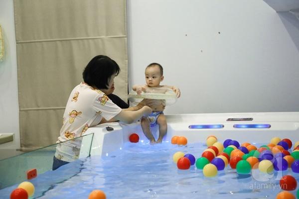 Đột nhập trung tâm mát-xa dưới nước cho trẻ sơ sinh xem các bé bơi nổi từ 5 tuần tuổi - Ảnh 12.
