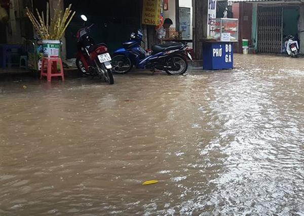 Ảnh hưởng của hoàn lưu bão số 2, Hà Nội mưa lớn, nhiều khu phố đã bị ngập - Ảnh 5.