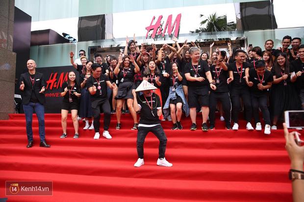 H&M Việt Nam đã chính thức mở cửa đón khách, dân tình xếp hàng chờ vào mua ra tới tận ngoài đường - Ảnh 17.