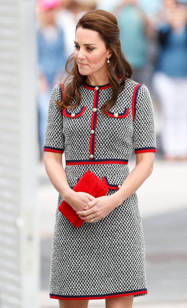 Các tín đồ mê mệt váy áo của Công nương Kate có thể dễ dàng tìm mua những thiết kế này với phiên bản mô phỏng chỉ vài trăm ngàn - Ảnh 3.