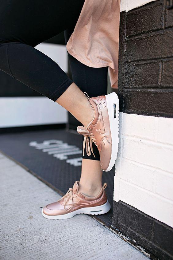 Qua rồi cái thời sneakers trắng là tâm điểm, 4 kiểu giày mới khiến chị em chao đảo là đây - Ảnh 8.