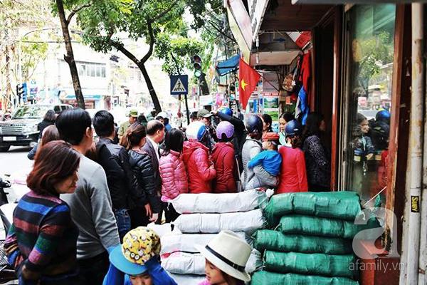 29 Tết, người Hà Nội xếp hàng mua bánh chưng, giò chả gia truyền - Ảnh 5.