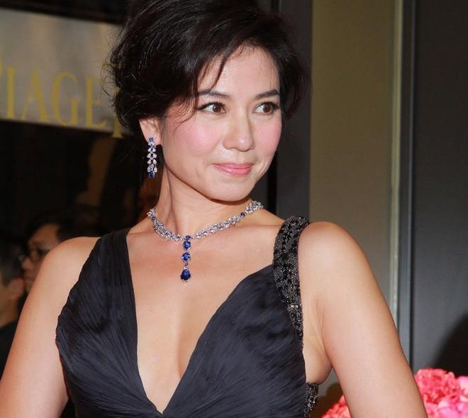 Chung Sở Hồng: Từ cô đào Hong Kong nóng bỏng giải nghệ để làm vợ đại gia đến góa phụ quyến rũ - Ảnh 17.