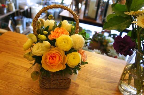 20/11 không cần ra tiệm vì đã có 5 cách gói hoa vừa đẹp vừa đơn giản này - Ảnh 2.
