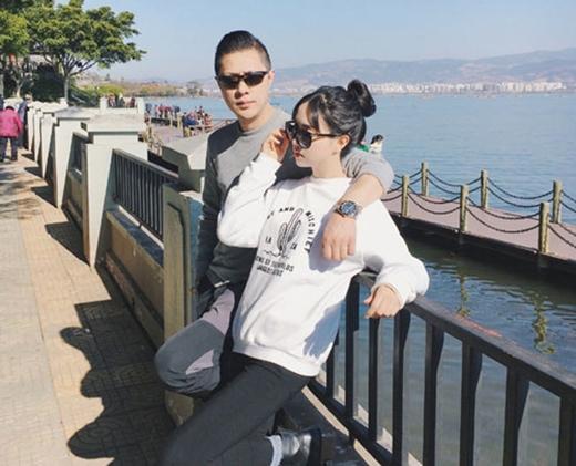 Gia đình bị thời gian bỏ quên: Bố nhìn như bạn trai, mẹ giống chị gái còn bà thì trông như mẹ - Ảnh 1.