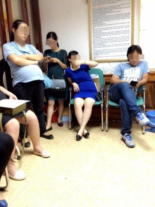 Chị em dậy sóng vì các quý ông chồng vô tư chiếm chỗ, ngồi rung đùi bấm điện thoại tí tách trong phòng khám thai - Ảnh 3.