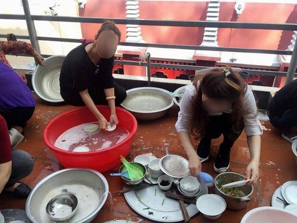 Đến nhà người yêu chơi, tiểu thư nông thôn bị cả huyện người soi mói chuyện ăn cơm bằng thìa, rửa bát dùng găng tay - Ảnh 4.