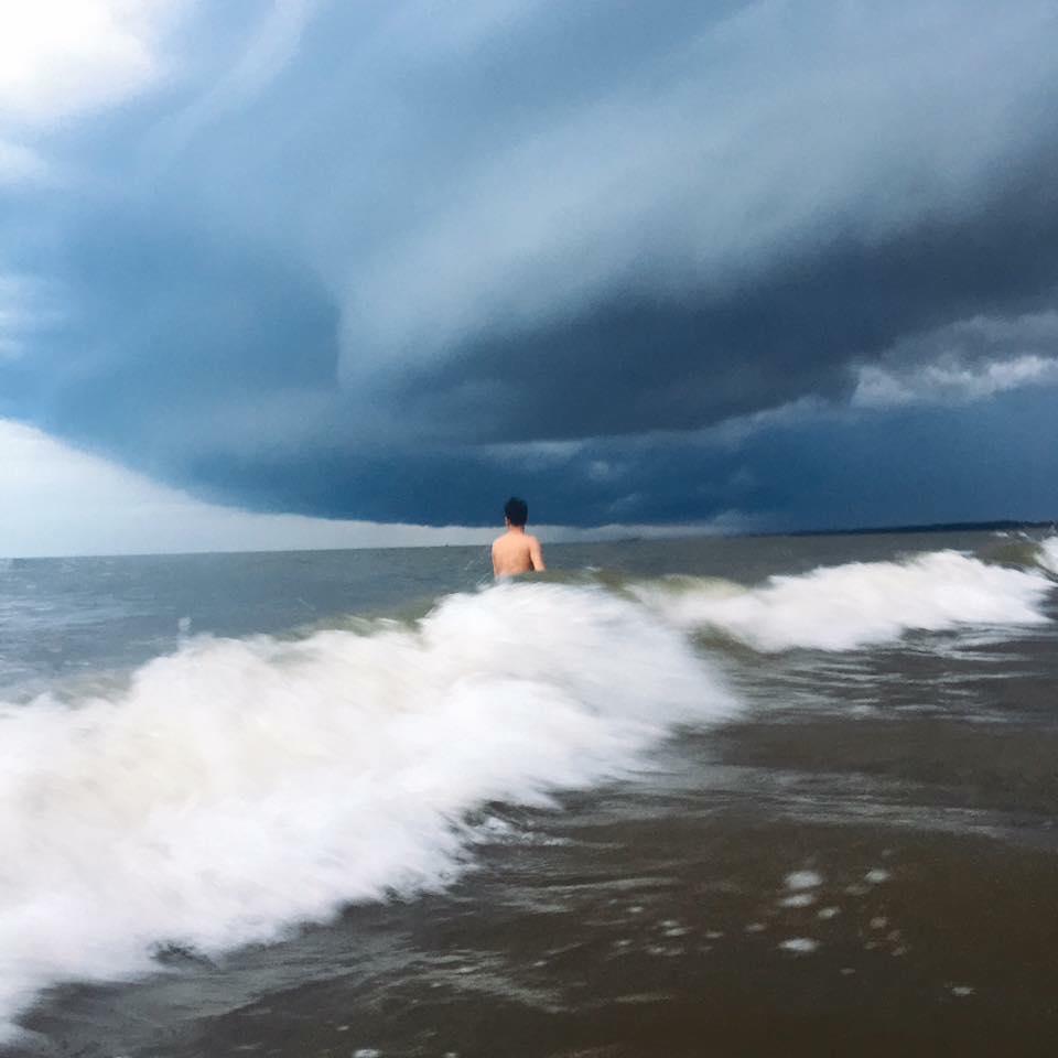 Đám mây kỳ lạ như trong phim Ngày tận thế nuốt chửng biển Sầm Sơn khiến