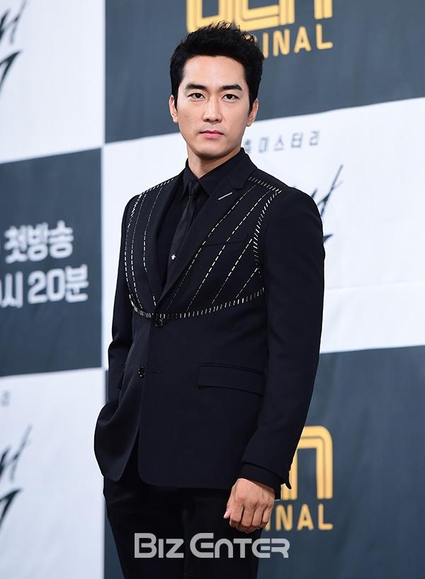 Song Seung Hun - Go Ara diện đồ đôi, tự tin nói về nghi án sao chép phim Goblin - Ảnh 1.