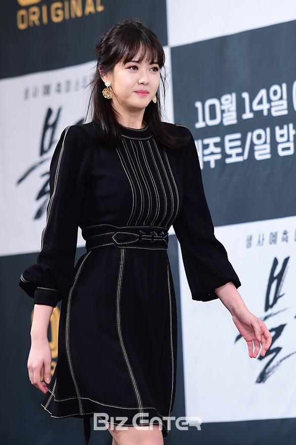 Song Seung Hun - Go Ara diện đồ đôi, tự tin nói về nghi án sao chép phim Goblin - Ảnh 4.