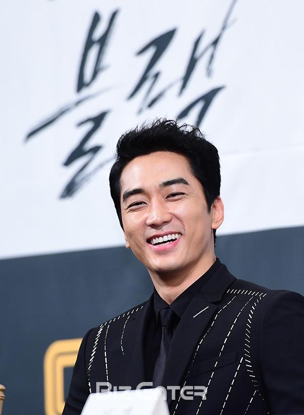 Song Seung Hun - Go Ara diện đồ đôi, tự tin nói về nghi án sao chép phim Goblin - Ảnh 8.