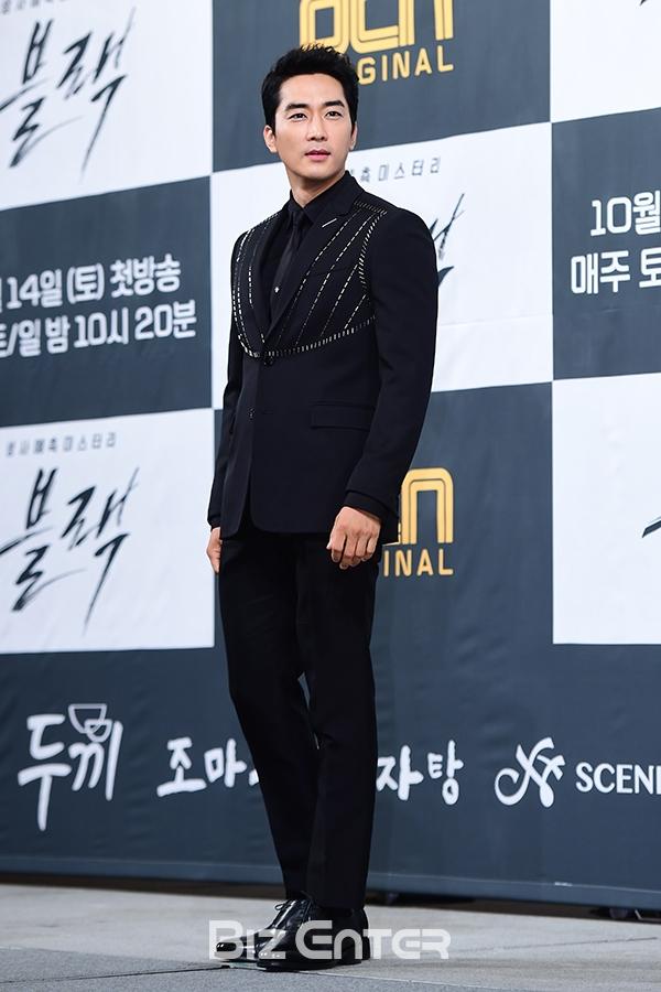 Song Seung Hun - Go Ara diện đồ đôi, tự tin nói về nghi án sao chép phim Goblin - Ảnh 2.