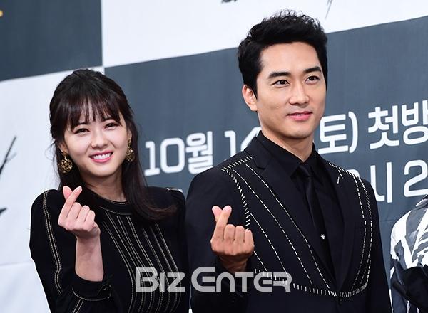 Song Seung Hun - Go Ara diện đồ đôi, tự tin nói về nghi án sao chép phim Goblin - Ảnh 3.