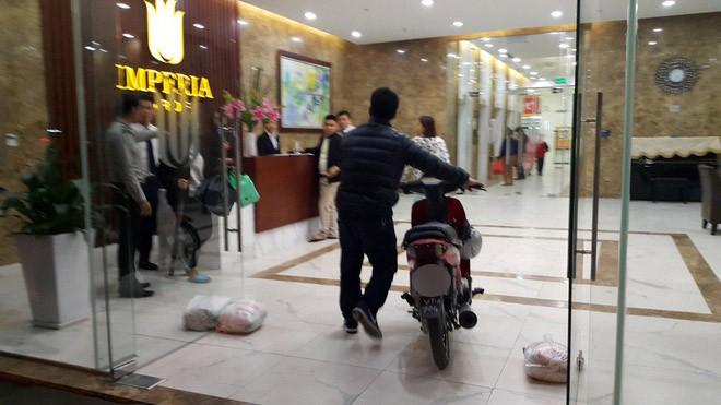Hà Nội: Thực hư vụ cư dân dắt xe máy lên căn hộ cao cấp, phản đối phí gửi xe quá cao - Ảnh 2.
