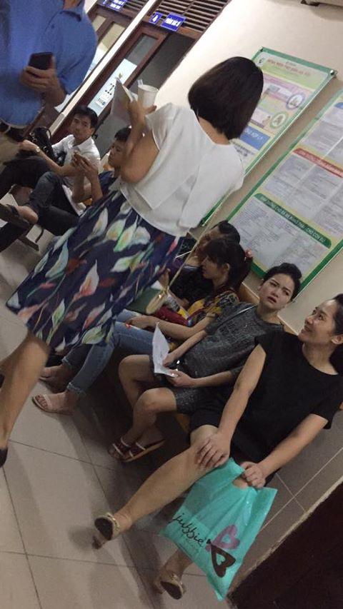 Chị em dậy sóng vì các quý ông chồng vô tư chiếm chỗ, ngồi rung đùi bấm điện thoại tí tách trong phòng khám thai - Ảnh 1.