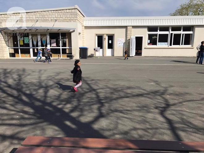 Mẹ Việt cho con đi học mẫu giáo ở Pháp: Trẻ không tự xúc ăn sẽ bị trả về... huấn luyện lại - Ảnh 1.