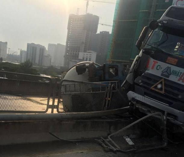 Hà Nội: Xe bồn lật ngang ở đường cao tốc trên cao khiến nhiều người đi làm bị ảnh hưởng - ảnh 2