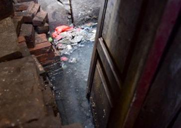 Hà Nội: Hàng chục hộ dân sống trong ổ muỗi sốt xuất huyết vì đường cống thoát nước chung bị bịt - Ảnh 2.