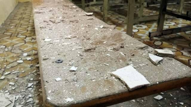 Hà Nội: Học sinh hoảng hồn vì mảng vữa trần rơi trúng bàn học - Ảnh 2.