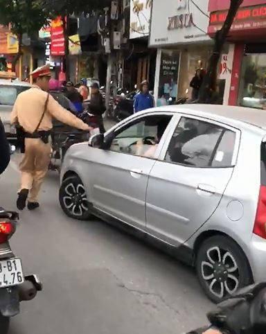 Hà Nội: CSGT yêu cầu dừng xe, nữ tài xế vẫn bình thản lái xe và nói Tôi đang bận, tý quay lại - Ảnh 4.